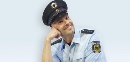 polizist_laechelnd
