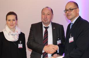 Glücksfee Katja Hänsch und Alexander Schrader, gratulieren Heini Schmitt zu seinem Gewinn.