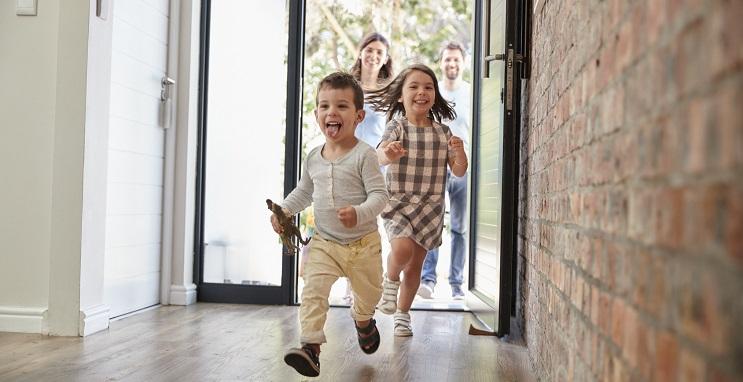 Fröhliche Familie im eigenen Haus - Wohneigentum
