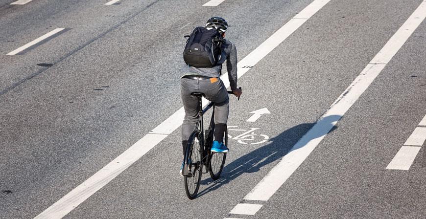 Autofahrer dürfen Radfahrer nur mit mindestens 1,5 Metern Seitenabstand überholen